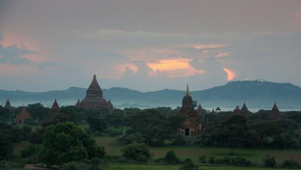 Sonnenuntergang über den Pagoden von Bagan. Fotos: Oliver Zwahlen