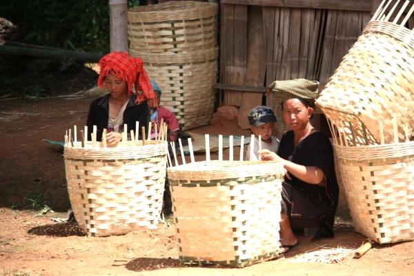 Bewohner eines abgelegenen Dorfs in der Nähe des Inle-See: Profitieren sie von der Öffnung?