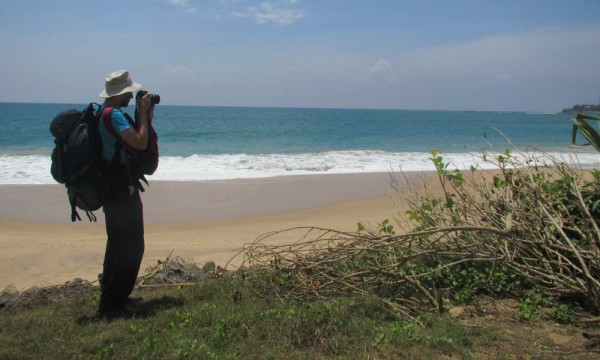 Sri Lanka (hier der Strand von Tangalle) zieht immer mehr Backpacker an. Foto: Oliver Zwahlen