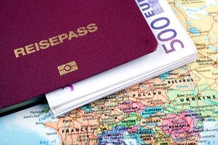 Bargeld und der Reisepass sollten unterwegs am besten unter der Kleidung getragen werden. Foto: © UbjsP - Fotolia.com