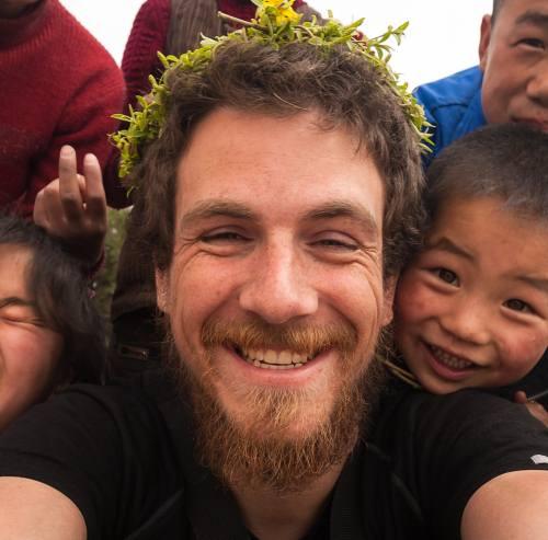 Christoph Rehage mit seinen kleinen Freunden in China