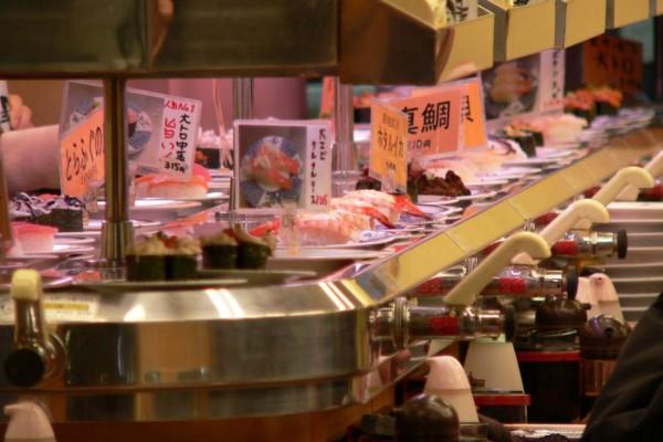 Sushis sind in Japan nicht nur lecker, sondern auch preiswert. Einen Teller gibts schon ab 1 Euro.