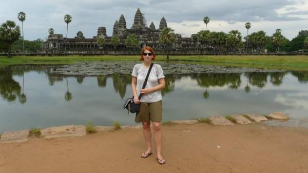 Die Reise- und Speisebloggerin Anja Beckmann vor den Ruinen von Angkor Wat in Kambodscha.