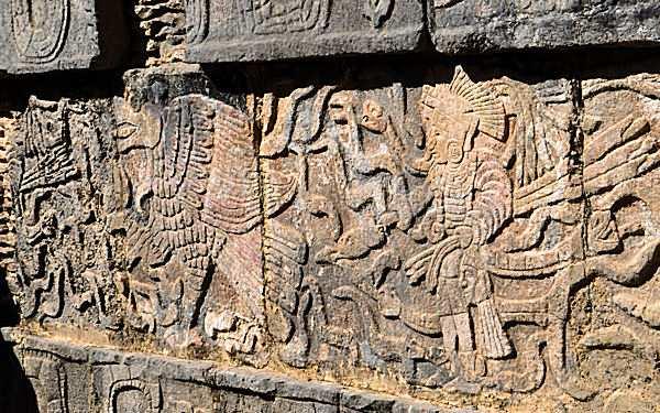 Alte Abbildungen, wie dieses Relief, zeugen noch heute von den blutigen Ritualen der alten Maya. Foto: N. Aupperle.
