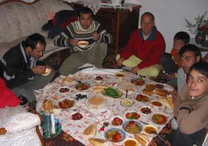 Martin Näf zu Gast bei einer türkischen Familie in Dogubayazid an der türkisch-iranischen Grenze auf dem Weg nach Indien im Oktober 2004 (Bild: Martin Näf)