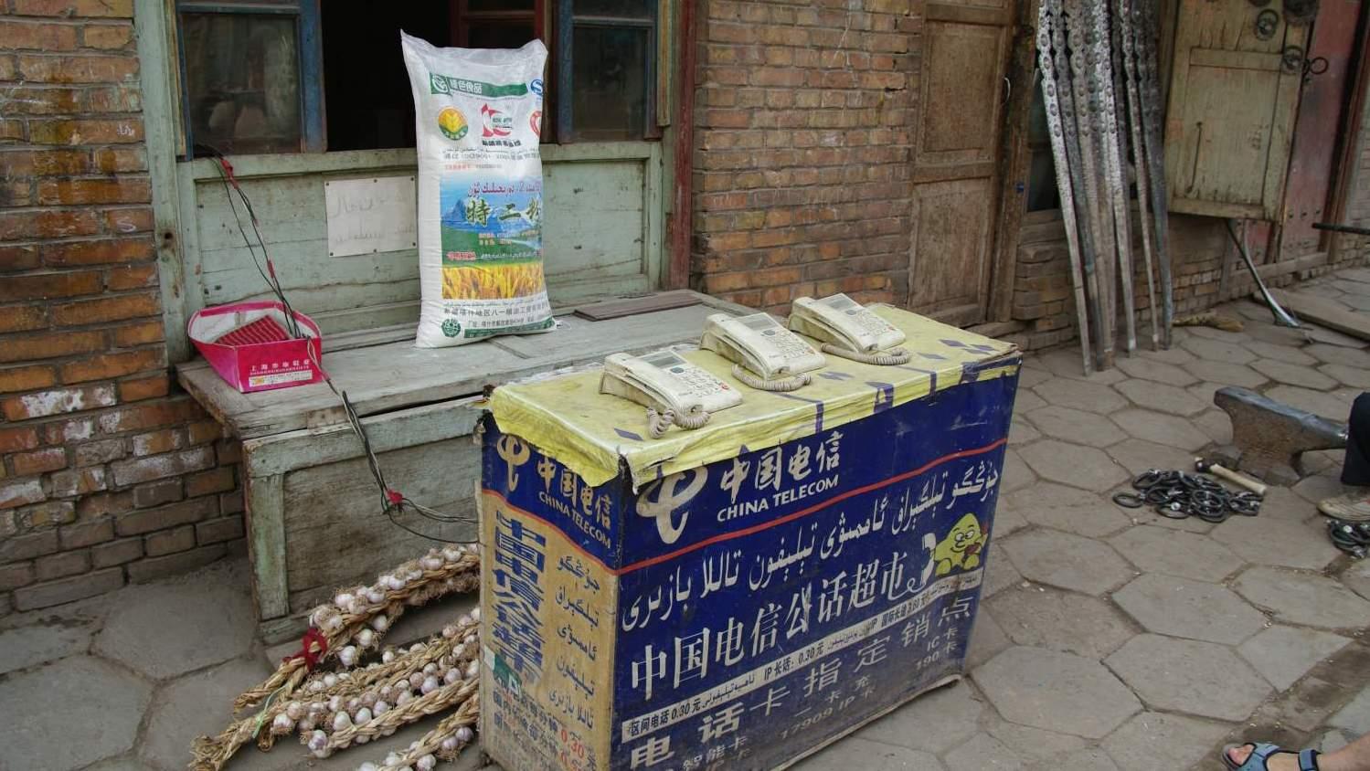 Wenn in China das Handy einmal aussteigt: Öffentliche Telefone in Kashgar in der westchinesischen Provinz Xinjiang. Foto: Walter Frehner / Pixelio