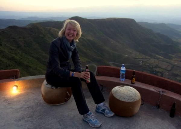 Meike Winnemuth geniesst die Aussicht in Lalibela, Äthiopien - einem Highlight auf ihrer einjährigen Reise.