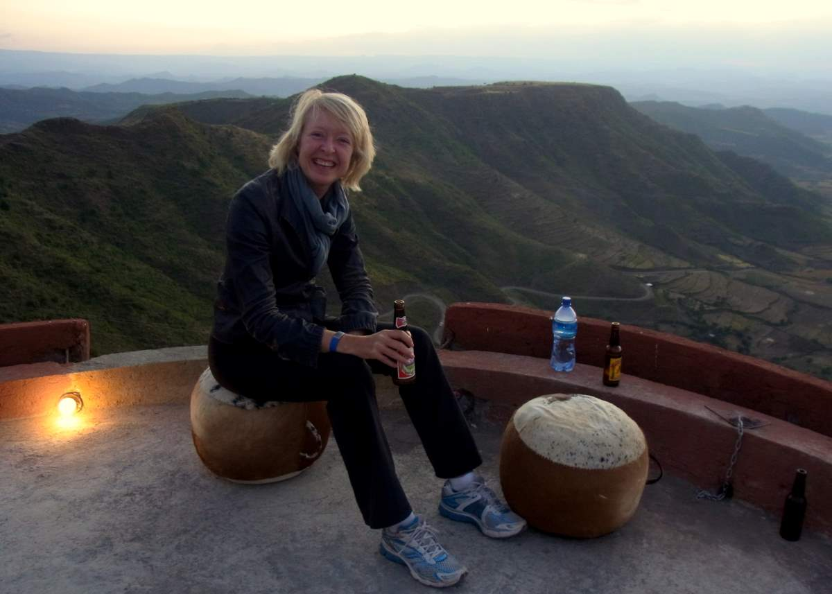 Meike Winnemuth geniesst die Aussicht in Lalibela, Äthiopen - einen Highlight auf ihrer einjährigen Reise.
