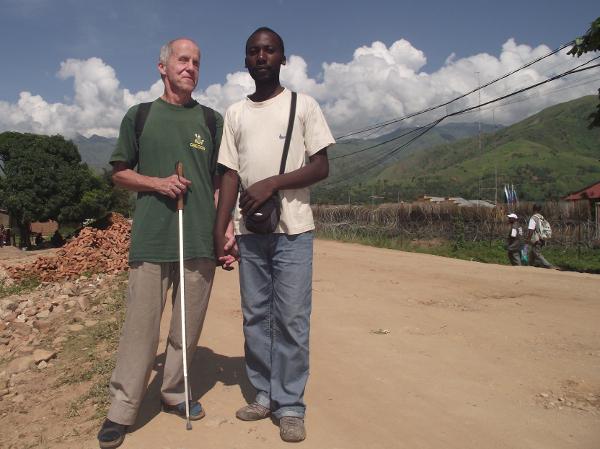 Mit einem Studenten der Université Panafricaine de la Paix unterwegs ins Internetkaffee. Februar oder März 2011 (Bild: Martin Näf)
