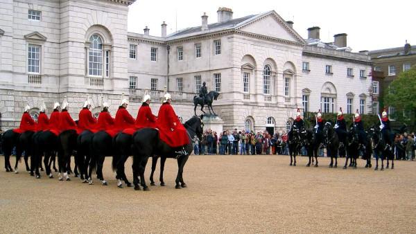 Wachablösung am Buckingham Palace. Foto: Marius Pothmann / Pixelio.de