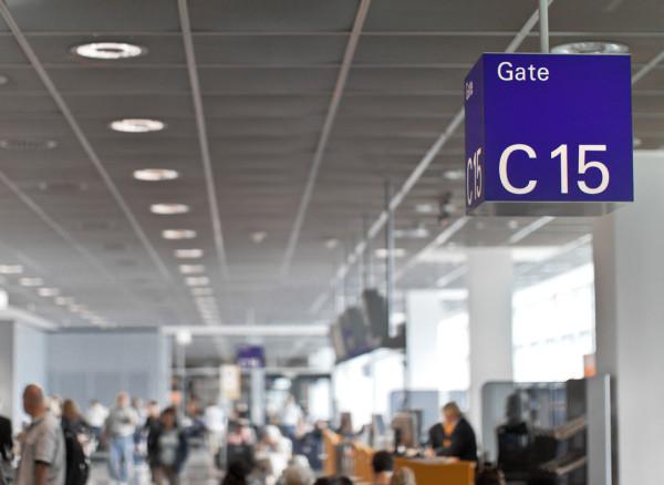 Wartehalle auf dem Flughafen von Frankfurt: Hier musste ich länger warten als geplant. Foto: Raphael Reischuk / Pixelio.de