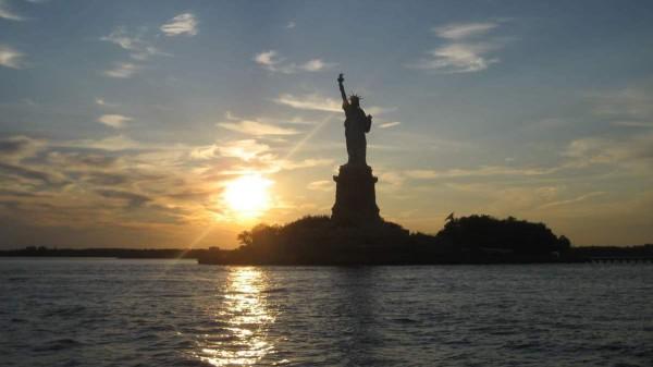 Die Freiheitsstatue in der Abenddämmerung: New York bietet abends für Eltern zahlreiche Möglichkeiten. Foto: Moritz Rothacker / pixelio.de
