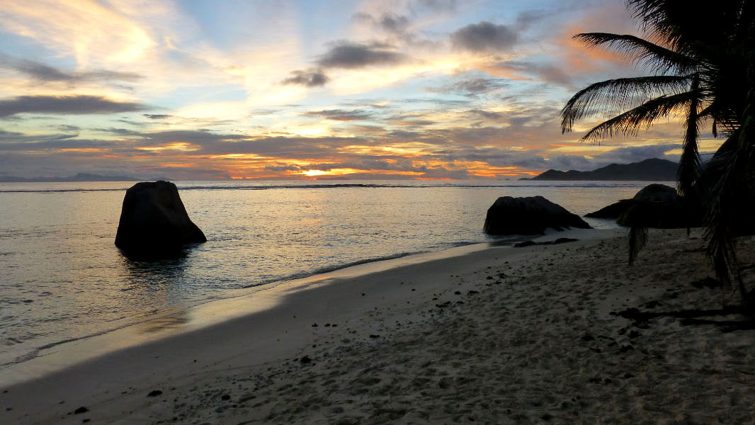 Einsamer Strand auf den Seychellen: Für viele der Inbegriff des Paradies. Foto: Daniela Bernhardt / Pixelio.de
