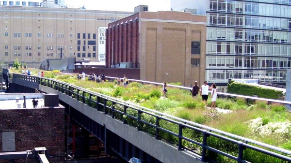 """Die High Line in Manhattan bei der 20. Strasse West: Die frühere U-Bahnlinie ist der perfekte Ort, um dem New Yorker Verkehr zu entfliehen. Foto: """"Beyond My Ken"""" / Wikimedia"""