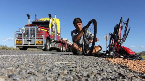 Platten gehören bei Radreisen einfach dazu: Hier im australischen Outback. Foto: ZVG