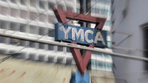 YMCA, Jugendherbergen und Guesthouses sind die Unterkünfte, in denen Backpacker gerne günstig unterkommen. Foto: Michaela Schöllhorn  / pixelio.de
