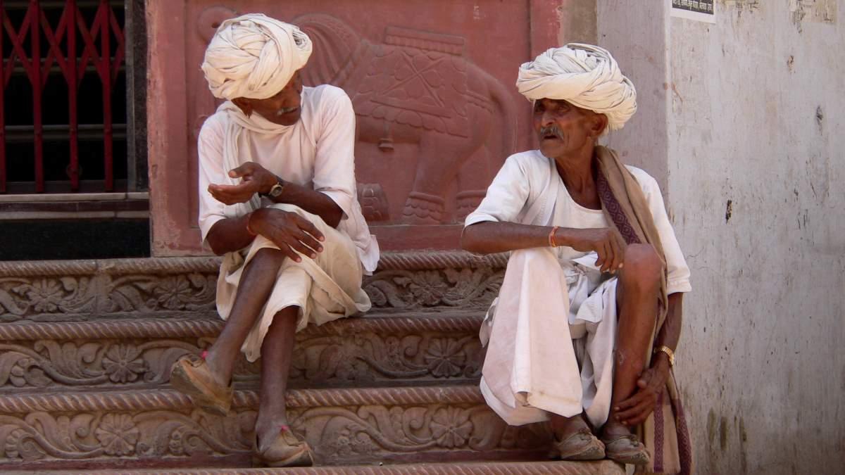 In der historischen Stadt Pushkar trifft man immer wieder auf Menschen, die traditionelle Kleidung tragen.
