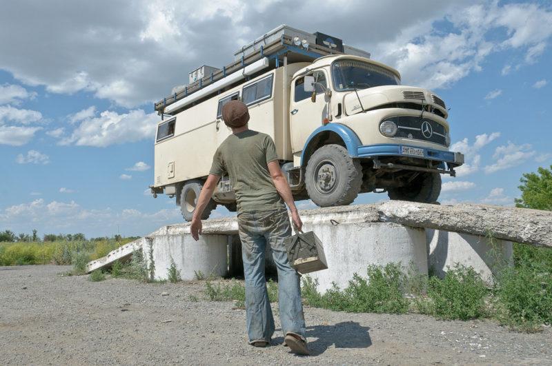 """""""Paula"""" muss immer mal wieder gewartet werden. Zum Beispiel hier am Straßenrand in Kasachstan."""