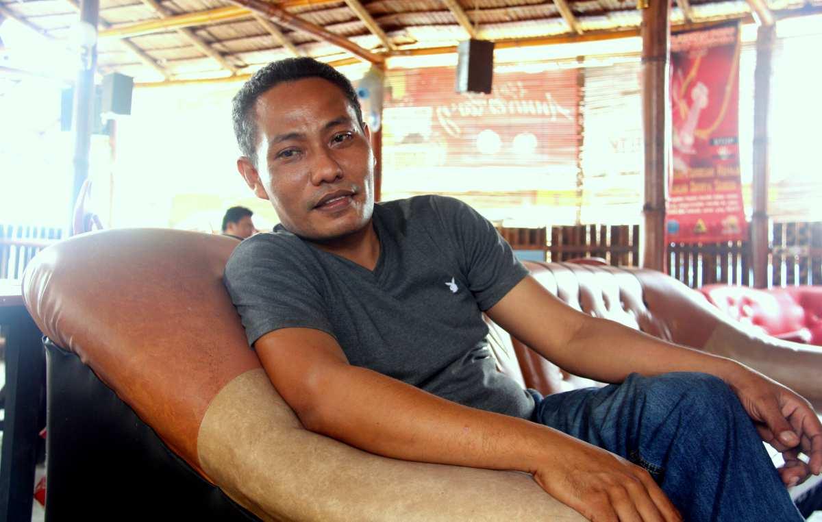 Rafiq in seinem Café Matahari, das direkt neben dem Rundfunksender steht. Foto: Oliver Zwahlen