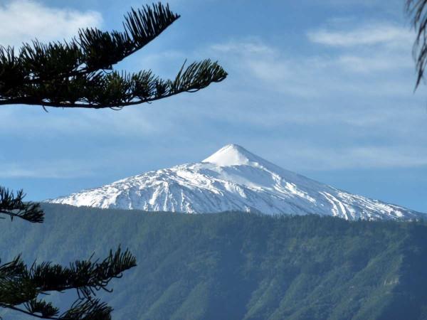 Schnee bedeckter Gipfel: Der Teide ist mit über 3700 Meter der höchste Berg Spaniens. Foto: Ingrid Kranz  / pixelio.de