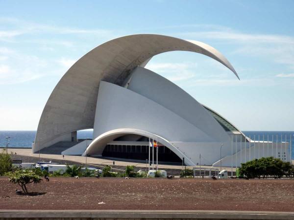 Das Auditorium in Santa Cruz wird auf Grund seiner Form gerne mit der Oper in Syndey verglichen. Foto:Ingrid Kranz / pixelio.de