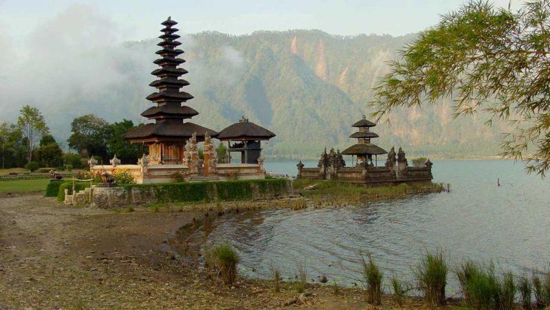 Besinnlich: Tempel auf Bali. Foto: Dieter Schütz / pixelio.de