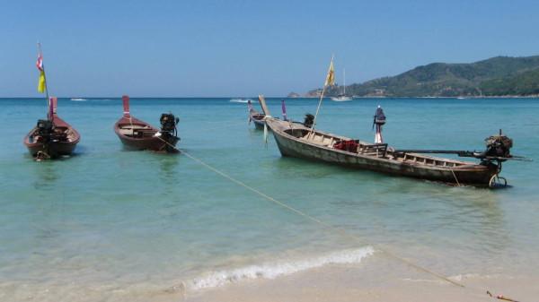 Ein Strand auf Phuket: So kennen die meisten Touristen die Ferieninsel. Foto: Thaifan / pixelio.de