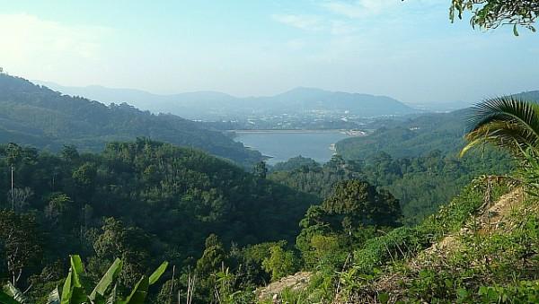 Blick vom Radar Hill in Phuket auf auf den Bangwad-Stausee. Foto: Sebastian Prestele