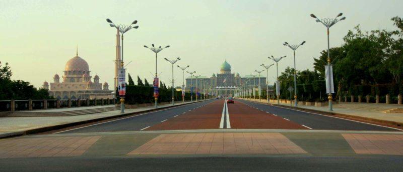 Leere Strassen: Auch 18 Jahre nach der Gründung gibt es auf der Strasse zum Palast des Ministerpräsidenten kaum Verkehr.