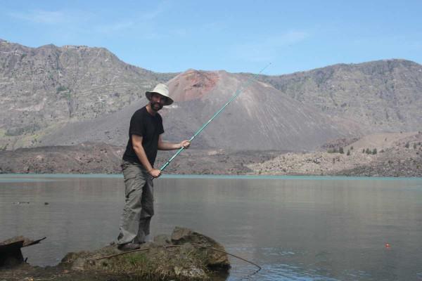 Wer will, kann versuchen, sich das Mittagessen im Kratersee selber zu fangen.