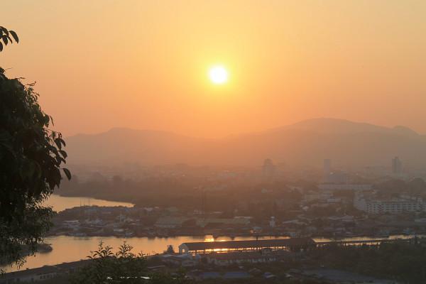 Sonnenuntergang über dem Hafen von Phuket Town, gesehen vom am Tempel Wat Ko Sirae. Foto: Sebastian Prestele.