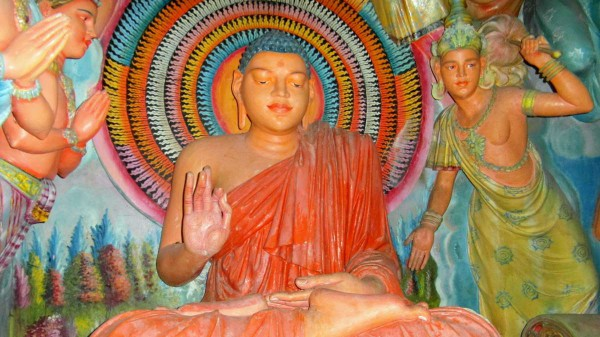 Buddhastatue in einem Dorftempel bei Hanguranketha. Foto: Marion Schwarztkopff