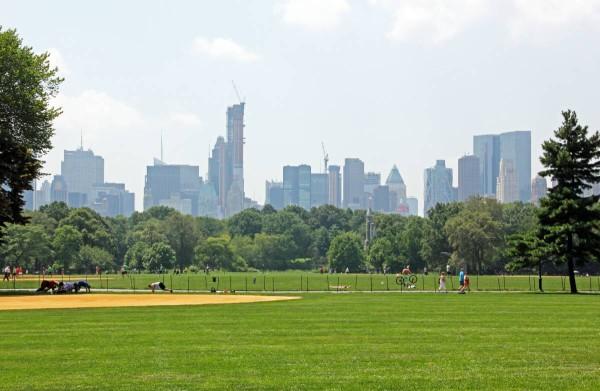 """Die """"grüne Lunge"""" von Manhatten: Der Central Park erlaubt einen guten Blick auf die New Yorker Skyline. Foto: Andrea Damm  / pixelio.de"""