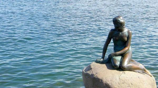 Die kleine Meerjungfrau in Kopenhagen aus dem Märchen von Andersen fasziniert Kinder immer wieder. Foto: Maja Becke