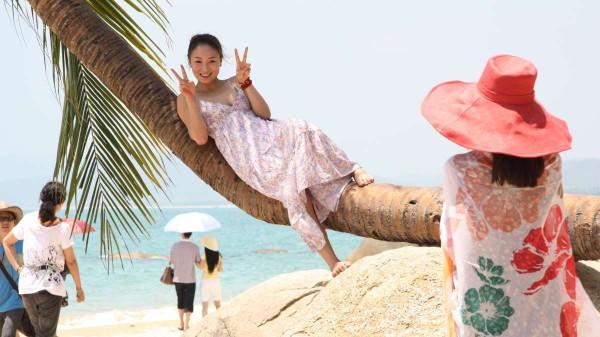 """Kaum ein Objekt wird häufiiger in Tianya Haijiao, dem """"Ende der Welt"""" fotografiert, als diese Palme. Fotos: Oliver Zwahlen"""