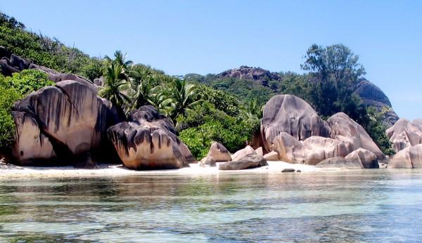 Strandabschnitte mit wundersam geformten Felsen sind ein Markenzeichen der Seychellen.