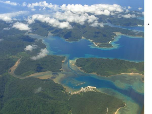 "Blick über Funauki hinaus auf die Amitori-Bucht. Dahinter lebte ""Tarzan"". Foto: Paipateroma / Wikimedia"