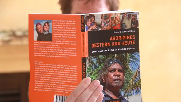 Pflichtlektüre für den Australienreisenden: Aborigines, gestern und heute. Foto: Oliver Zwahlen