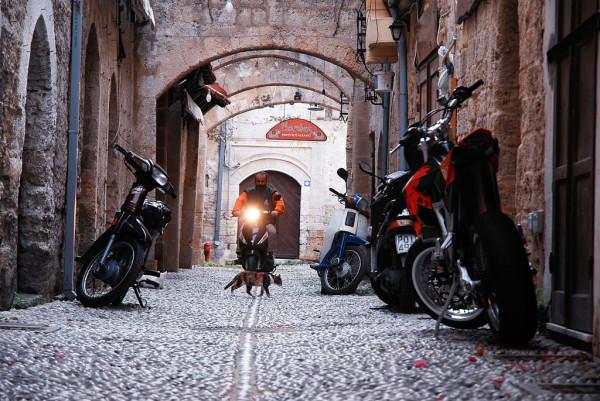 Zusammenprall der Jahrhunderte: Die Strassen der Altstadt von Rhodos. Foto: Mstyslav Chernov / Wikimedia