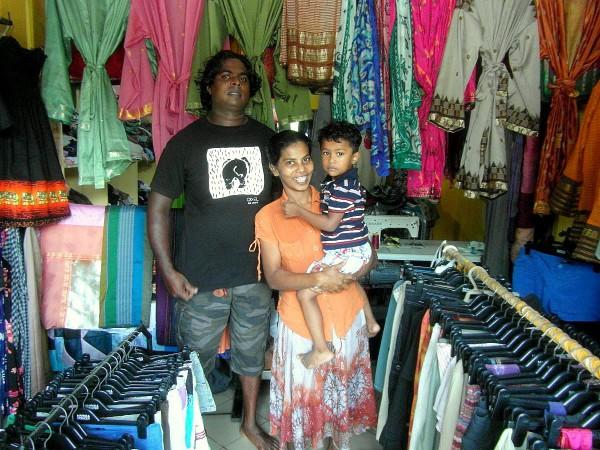 Asha mit ihrem Mann und Sohn in ihrem Schneiderei-Geschäft. Foto: Marion Schwartzkopff