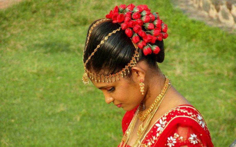Braut nach der Hochzeitsnacht in traditionell blutroter Kleidung. Foto: Marion Schwartzkopff