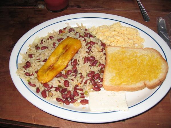 Leckere lokale Speisen: Gallo Pinto ist das Nationalgericht aus Reis, schwarzen Bohnen, frittierten Kochbananen und Fisch oder Huhn. Foto: Fotograf unb. / Wikimedia