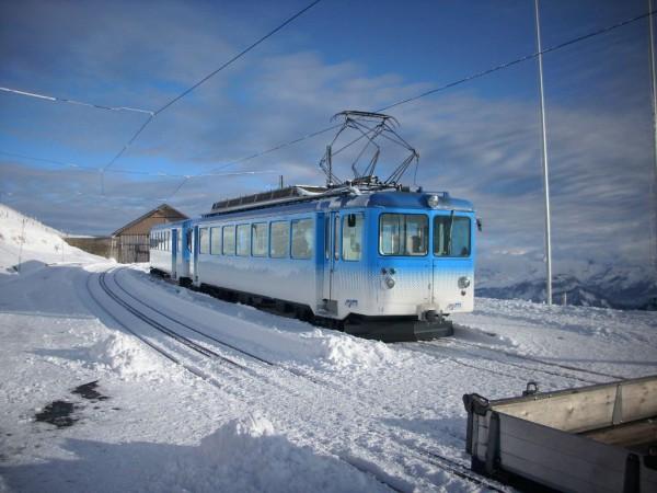 Nur an einem Wochenende pro Monat fährt auf der Rigi-Bahn mit Dampf. Meistens ist dieser elektrische Zug unterwegs. Foto: Ralph Thomas Kühnle / Pixelio.de