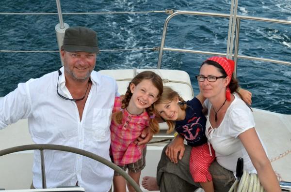 Familienfoto: Michael (49), Maya (8), Lena (6) und Nathalie (40) umsegeln die Welt seit vielen Jahren.