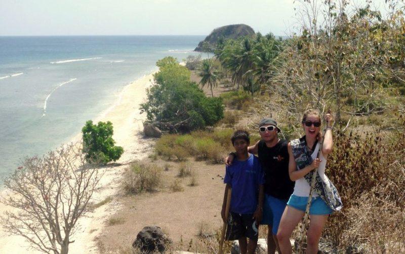 Gili Asahan: Die Autorin (rechts) erfreut sich am Ausblick über die kleine Insel.