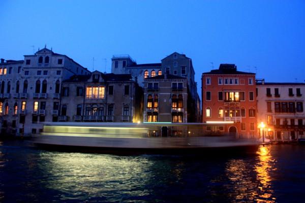 Venedig im Herbst: Abendstimmung am Canale Grande, der Hauptverkehrsader Venedigs. Foto: Oliver Zwahlen