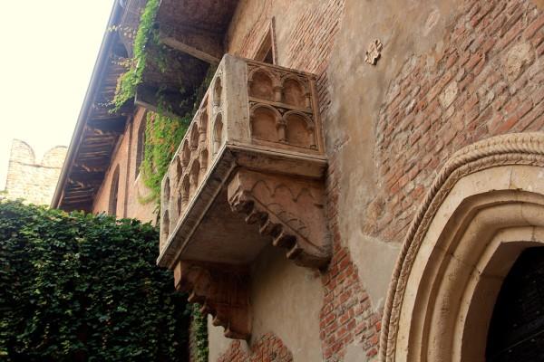 Auf diesem Balkon soll einst Julia gestanden haben. Tatsächlich wurde er erst vor etwa 80 Jahren angebracht. Fotos: Oliver Zwahlen