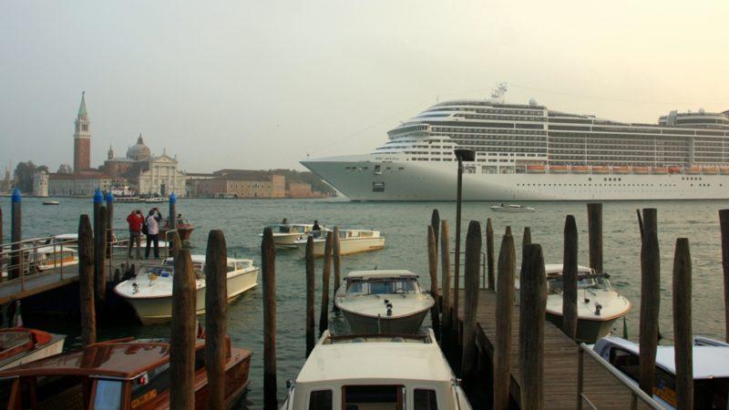 Schwimmende Städte vor dem Markusplatz: Schiffe wie die MSC Vivina dürfen ab kommendem Herbst in Venedig nicht mehr anlegen. Foto: Oliver Zwahlen