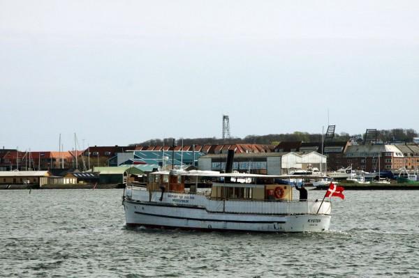 Das historische Holzschiff MS Kysten schippert Touristen durch die magischen Landschaften des Limfjords. Foto: Leonie Reuters