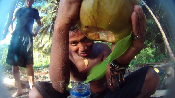 Immer behilflich: Die Einheimischen auf der Insel Kadidiri im Umgang mit den wenigen Touristen.